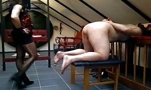 Enculando a un esclavo sobre la jaula.