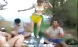 piknikte dansoz oynatip hatunu sikiyolar