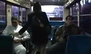 Japanisches Maedchen beim group fuck im Bus